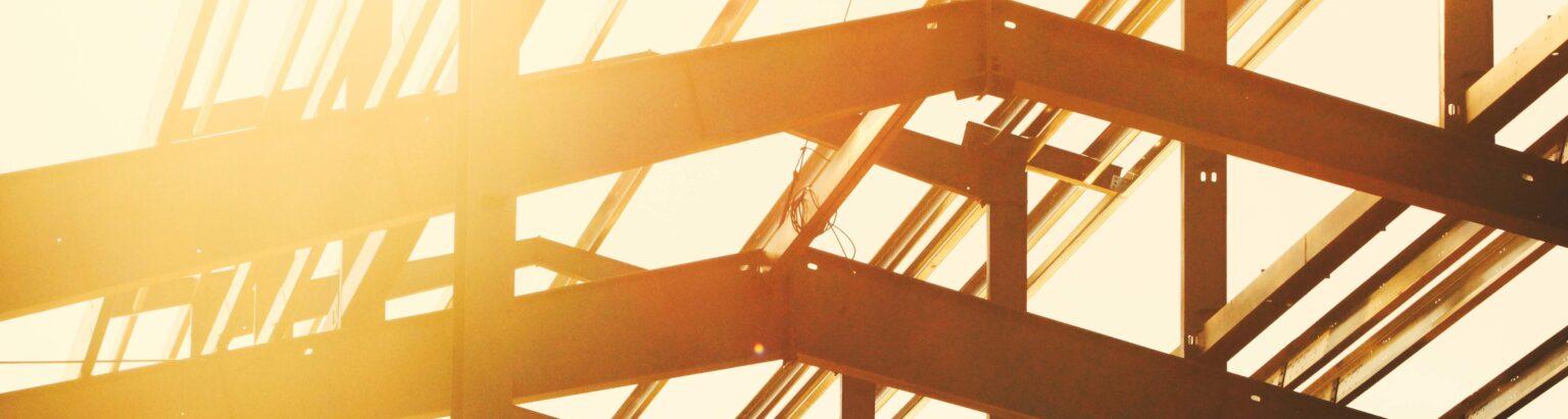 Photo d'une charpente en bois dans le soleil levantt