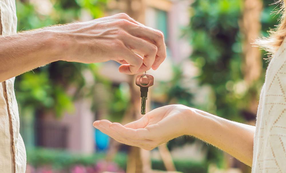 Photographie : une personne donne des clés à une autre