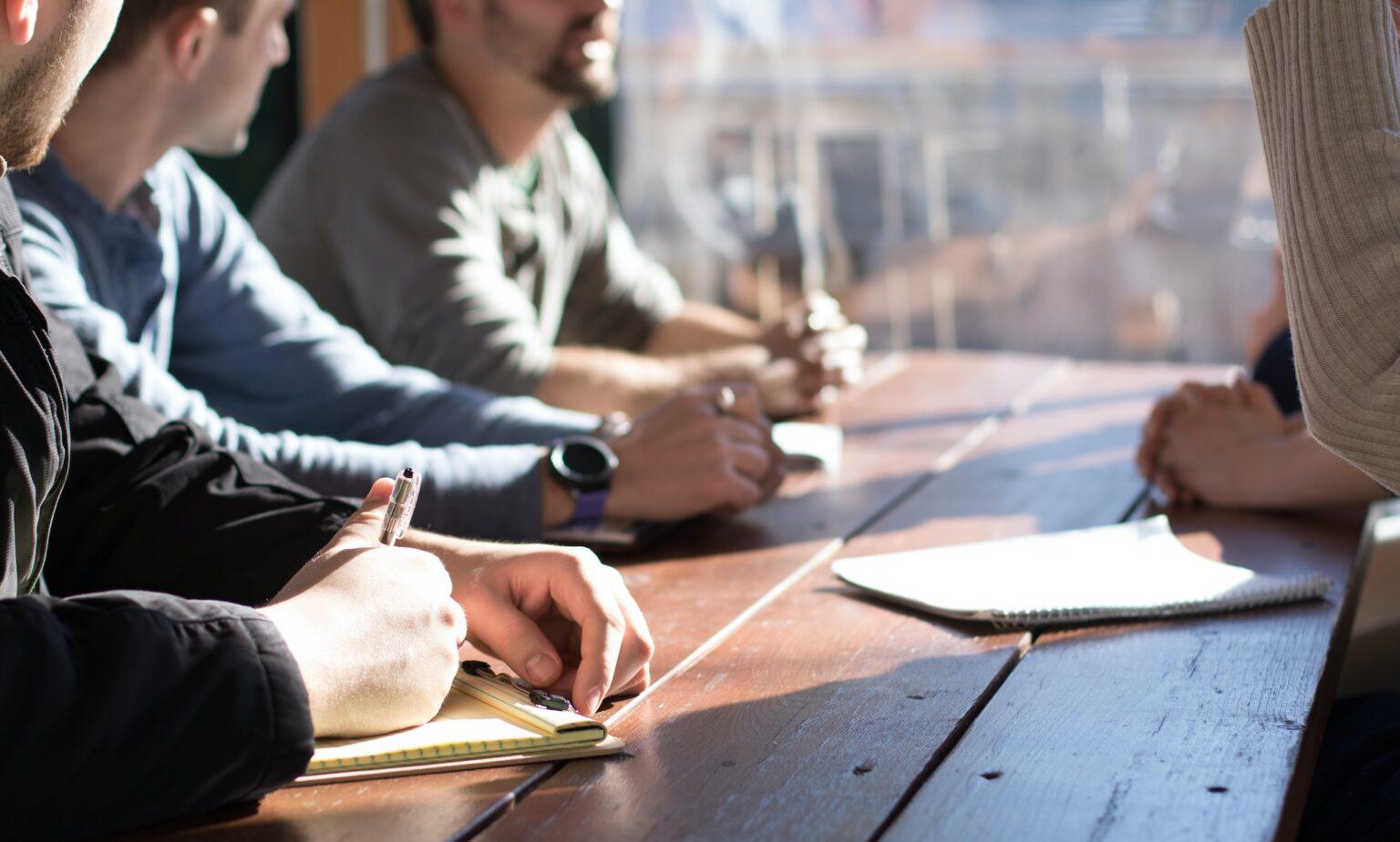 Photographie : 4 personnes travaillent autour d'une table